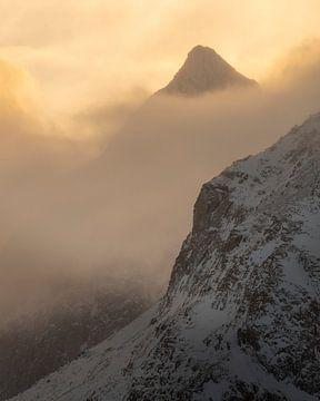 Vue de Vareid sur les magnifiques montagnes de l'autre côté du Fjord sur Jos Pannekoek