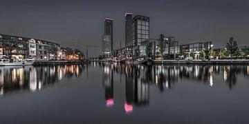 Die Skyline des Leeuwardener bei Nacht im stillen Wasser gespiegelt. von Harrie Muis