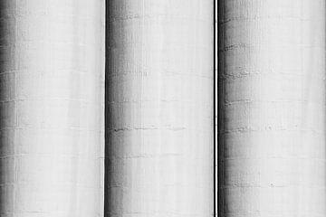 Drie betonnen silo's van