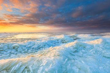 Winters landschap met ijs op het IJsselmeer bij Stavoren in Friesland tijdens de zonsondergang met e van Bas Meelker