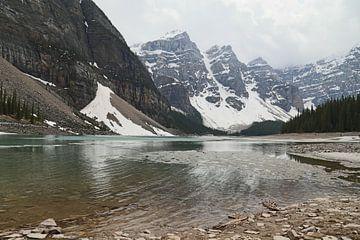 Winters uitzicht op Moraine Lake van Carin van der Aa
