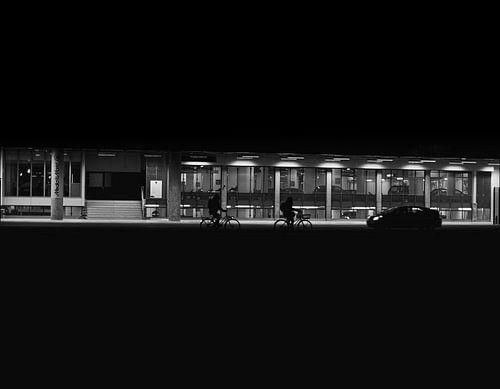 Silhouetten van fietsende mensen in Utrecht