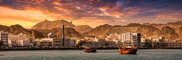 Panorama Haven Skyline Muscat in Oman bij zonsondergang van Dieter Walther