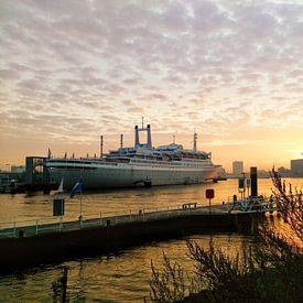 SS Rotterdam in de zonsopkomst onder een sprookjesachtige lucht van Daniël van Leeuwen
