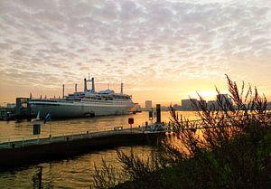 SS Rotterdam in de zonsopkomst onder een sprookjesachtige lucht