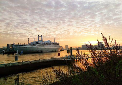 SS Rotterdam in de zonsopkomst onder een sprookjesachtige lucht van
