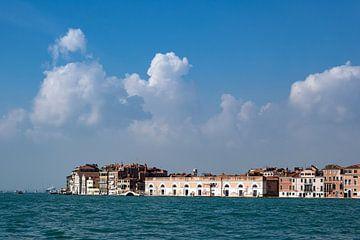 Uitzicht over het Canale della Giudecca naar Venetië, Italië van Rico Ködder