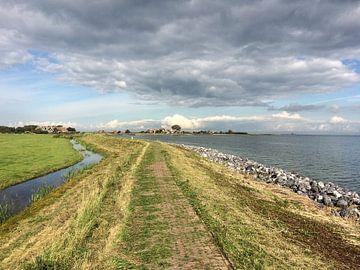Kleurenfoto van de zeedijk aan het Markermeer aan de zuidoostkant van het eiland Marken van Hans Post