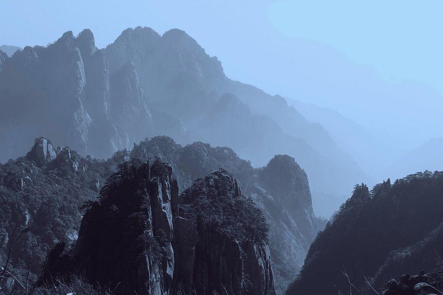 Bergen in de nevel bij dageraad, China van Inge Hogenbijl