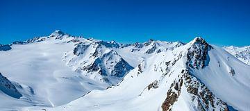Ansicht über die schneebedeckten Tiroler Alpen in Österreich während eines schönen Wintertages von Sjoerd van der Wal