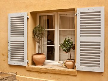 raam met open shutters  van Margriet Hulsker