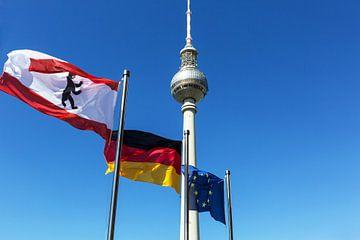 Berlijnse televisietoren met vlaggen van Frank Herrmann