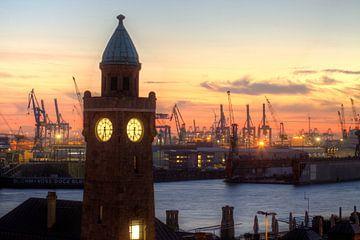 Hamburg : Avondsfeer in de St.-Pauli-Landungsbruecken van Torsten Krüger