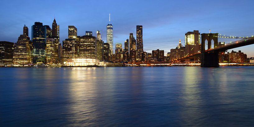Manhattan Skyline en Brooklyn Bridge in New York in de avond, panorama van Merijn van der Vliet