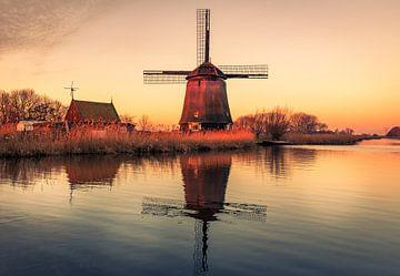 Mühle spiegelt die Sonne am Morgen von Peter Heins
