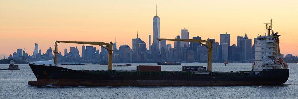 Manhattan Skyline in New York met een passerend schip, panorama