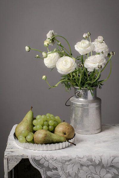 Stilleven met bloemen en fruit van Richard Mijnten