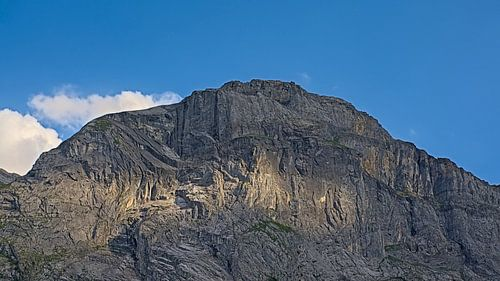 Alpine bergtop  met spel van zonlicht en schaduw