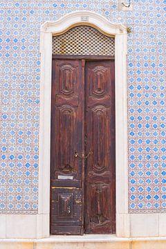 De deuren van Portugal bruin met Portugese tegels nummer 8 van Stefanie de Boer
