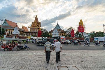 Oude mannen hand in hand, Phnom Penh, Cambodja van Frank Alberti