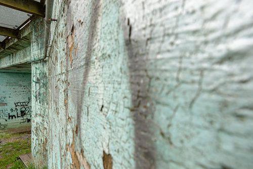 Verweerde oude betonmuur met afbladerende verf