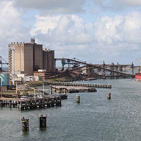 Zicht op de Europoort in de haven van Rotterdam van W J Kok
