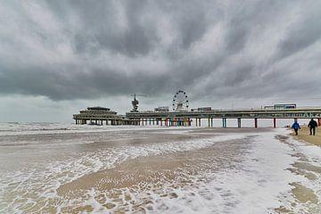 Storm bij de Scheveningse pier. van Johan Kalthof
