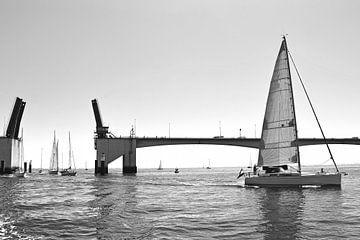 Segelschiffe an der Haringvliet-Brücke von Judith Cool