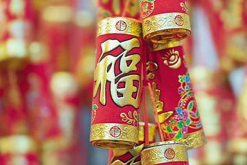 Decoratie-objecten in rood en goud met Chinese karakters 1 van Tony Vingerhoets
