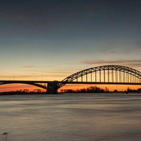 Le pont de Waal à Nimègue avec un beau lever de soleil sur Patrick Verhoef
