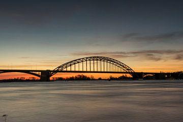Silhouert Waalbrug Nijmegen met mooie zonsopkomst van Patrick Verhoef
