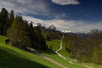 Blick über Wamberg auf die Zugspitze
