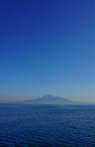 Napels liggend aan de voet van de Vesuvius