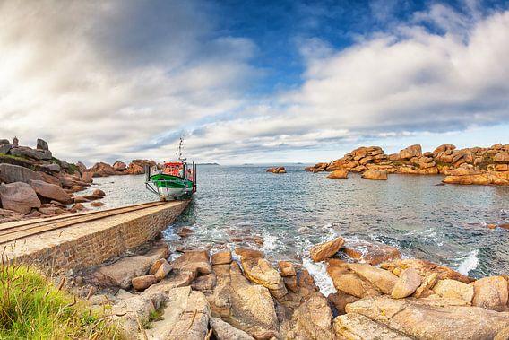 """Reddingsboot """"President Toutain"""" vaart uit bij Ploumanac'h in Bretagne, Frankrijk van Evert Jan Luchies"""