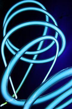 Neon buis spiralen blauw van Lila Lizz