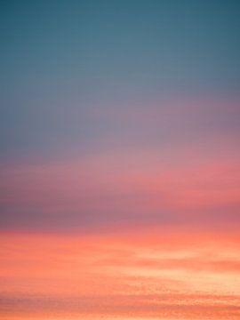 Kleurrijke zonsopgang in Nederland - Abstracte print van blauw, roze en oranje van Raisa Zwart