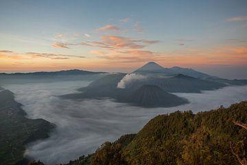 zonsopkomst Bromo vulkaan oost java van Andre Jansen