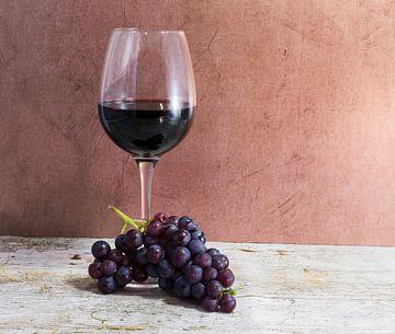 glas rode wijn met een tros druiven