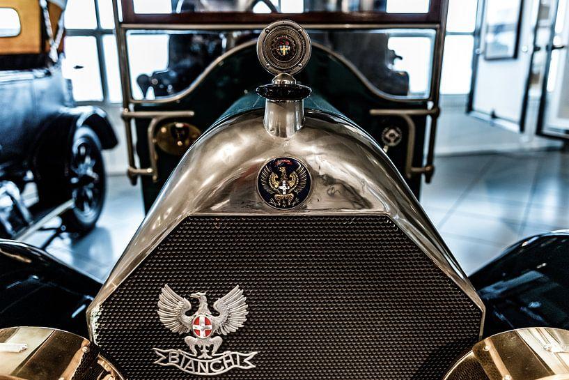 Bianchi grille en radiator ornament van autofotografie nederland