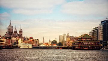 Amsterdam sint nicolaaskerk en drijvend chineesrestaurant van