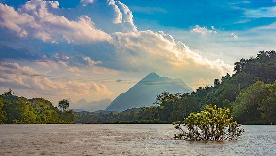 Laat zonlicht op de Nam Ou rivier in Laos