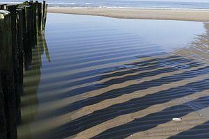 Golbreker op het strand van