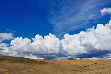 Wolkenlucht in Toscane van Thea Oranje
