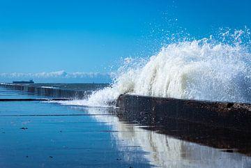 Zeewater over de pier van Dennis Graafland
