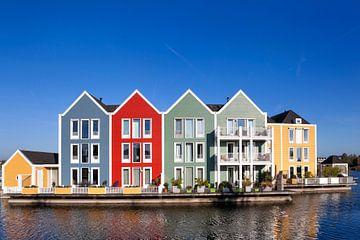 Bunte Häuser umgeben von Wasser in Houten von Peter de Kievith Fotografie