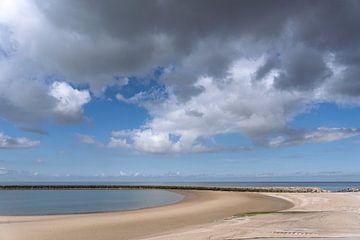 Strand, zee en wolken van E Jansen