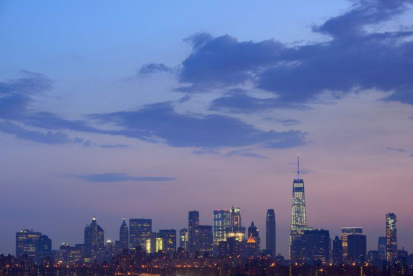 Manhattan Skyline in New York in de avond van Merijn van der Vliet
