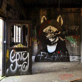 Gothic graffiti urbex schuur  van Martin Van der Pluym