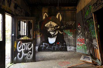 Gothic graffiti urbex schuur  von Martin Van der Pluym