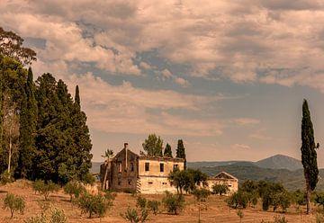 Verlaten landhuis Corfu, Griekenland van Marjolein van Middelkoop